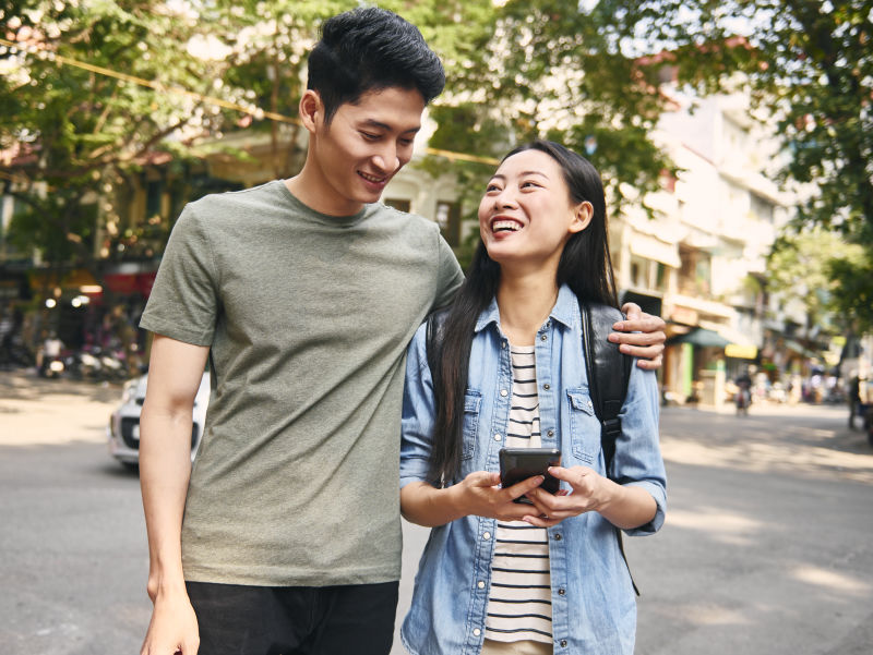young-couple-with-smart-phone-in-the-city
